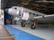 10_DAKOTA C-47_SAGAT_hangarato per i lavori