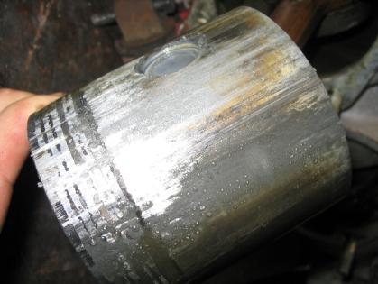 6_Pistone del cilindro 4. Da notare la brutta grippata, lo spinotto chiuso e il trattamento al bisolfuro di molibdeno.